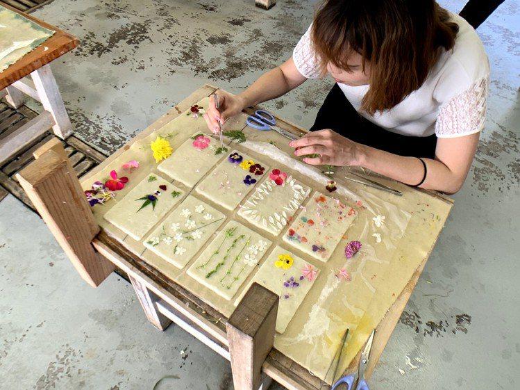 在土佐和紙工藝村QRAUD,旅客可以體驗製作獨一無二的和紙明信片。圖/業者提供