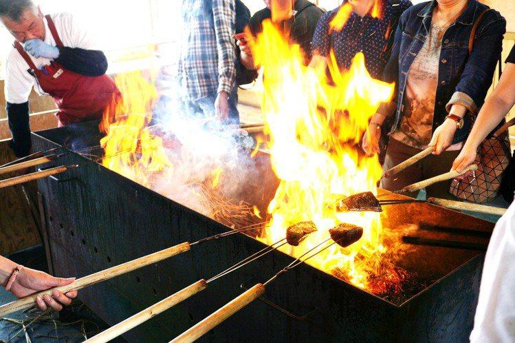 以稻草大火燒烤的炙燒鰹魚,乃是高知的特色料理之一。圖/業者提供