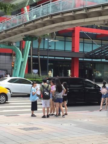 築夢關懷協會帶工讀生到台北人潮聚集的商圈募款。記者林伯驊/翻攝
