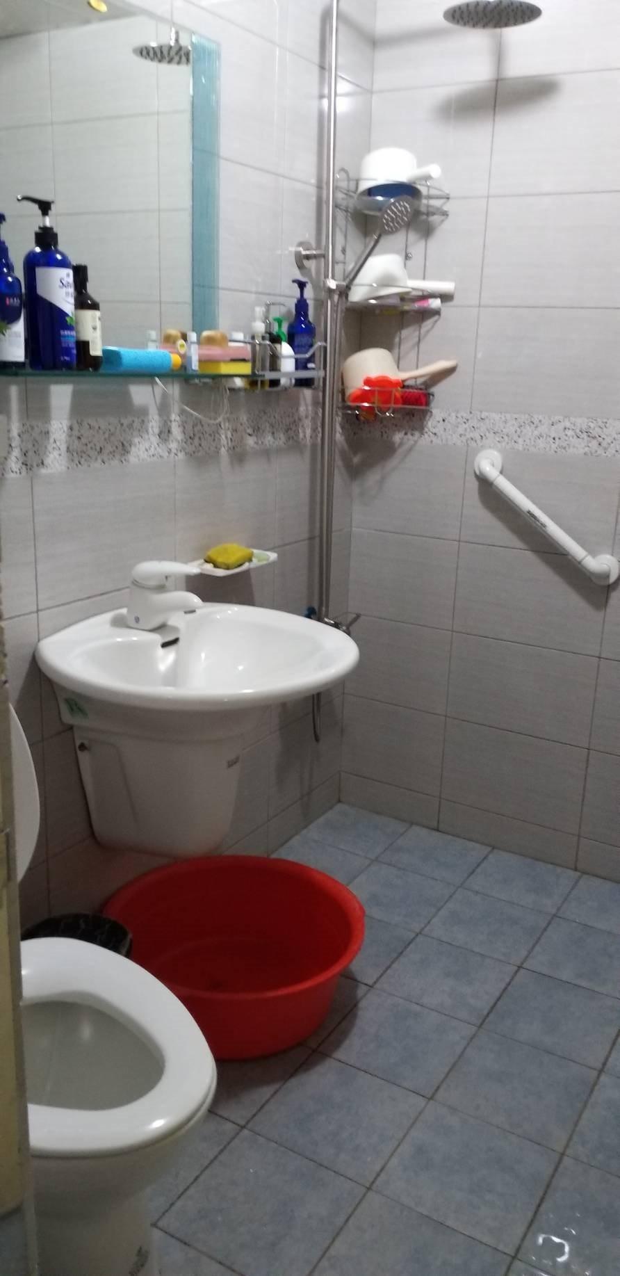 嘉義市有一處身心障礙者家庭托顧站,按規定在浴室內裝設扶手等設計,但至今仍找不到個...