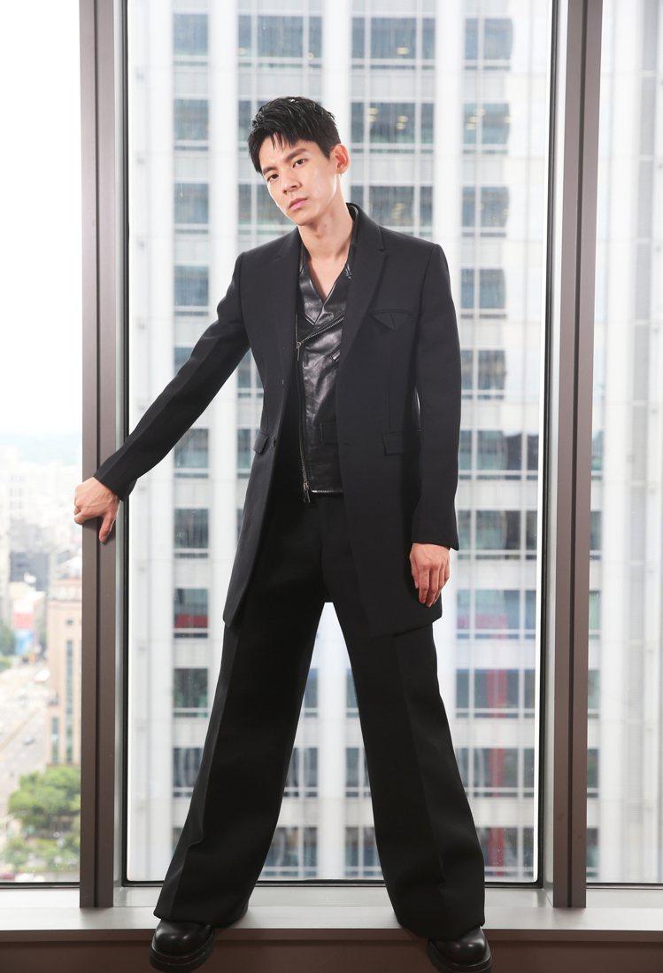 林柏宏示範Bottega Veneta早秋新裝,自曝本身是「大衣控」,每年冬天都...