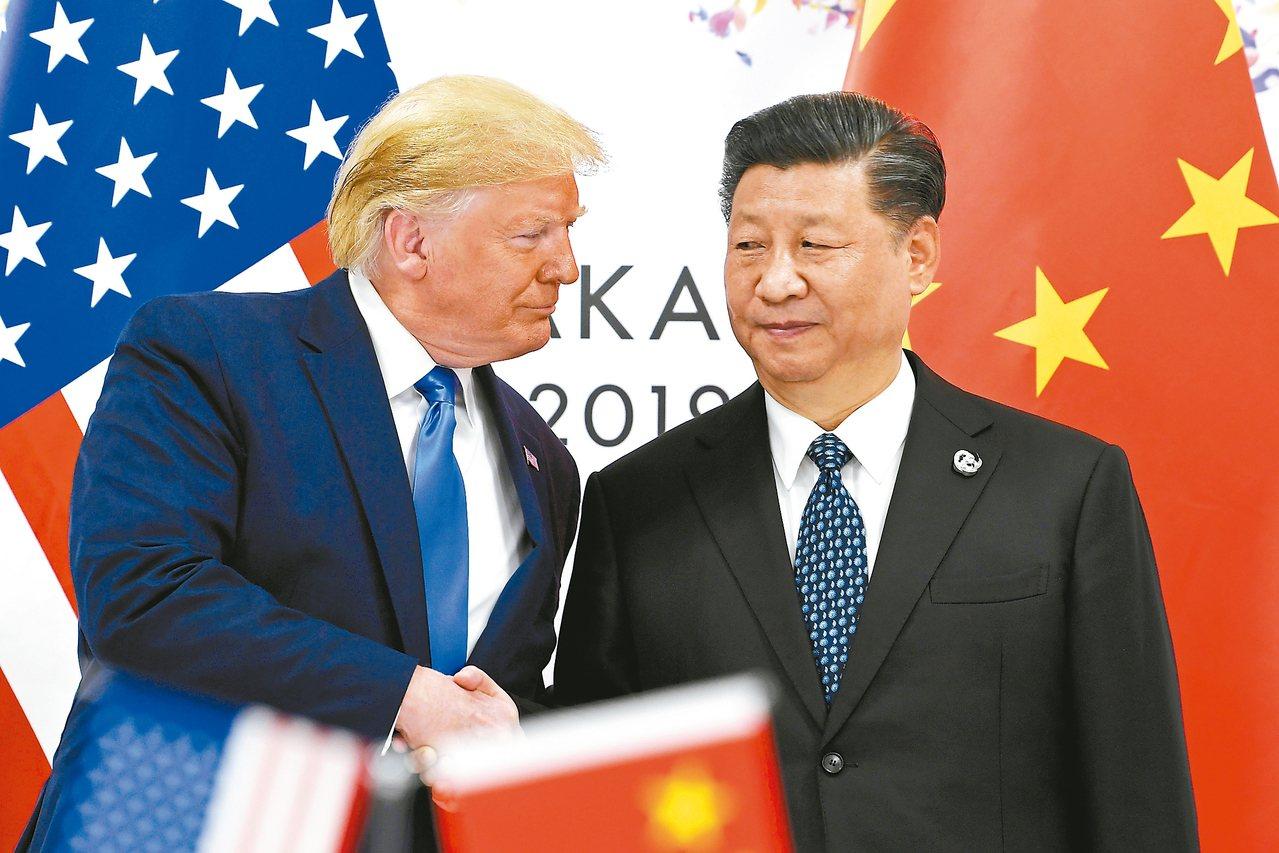 美中貿易衝突愈演愈烈。圖為美國總統川普(左)與大陸國家主席習近平(右)六月廿九日...