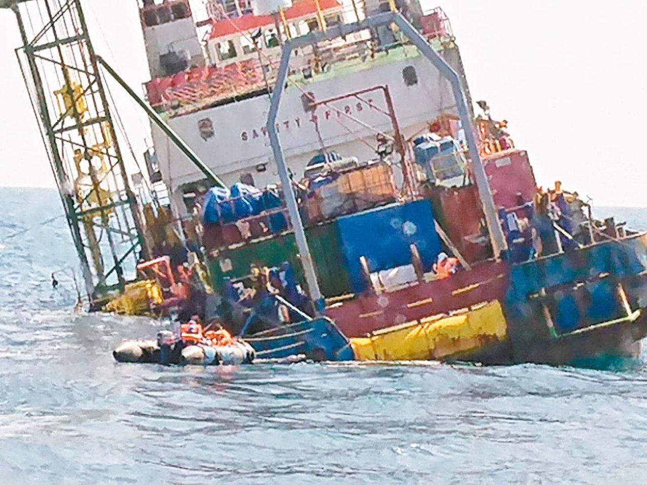印尼籍「派翠」工作船伸入海底的探勘管卡住無法收回,導致船身傾斜進水,畫面驚人。 ...