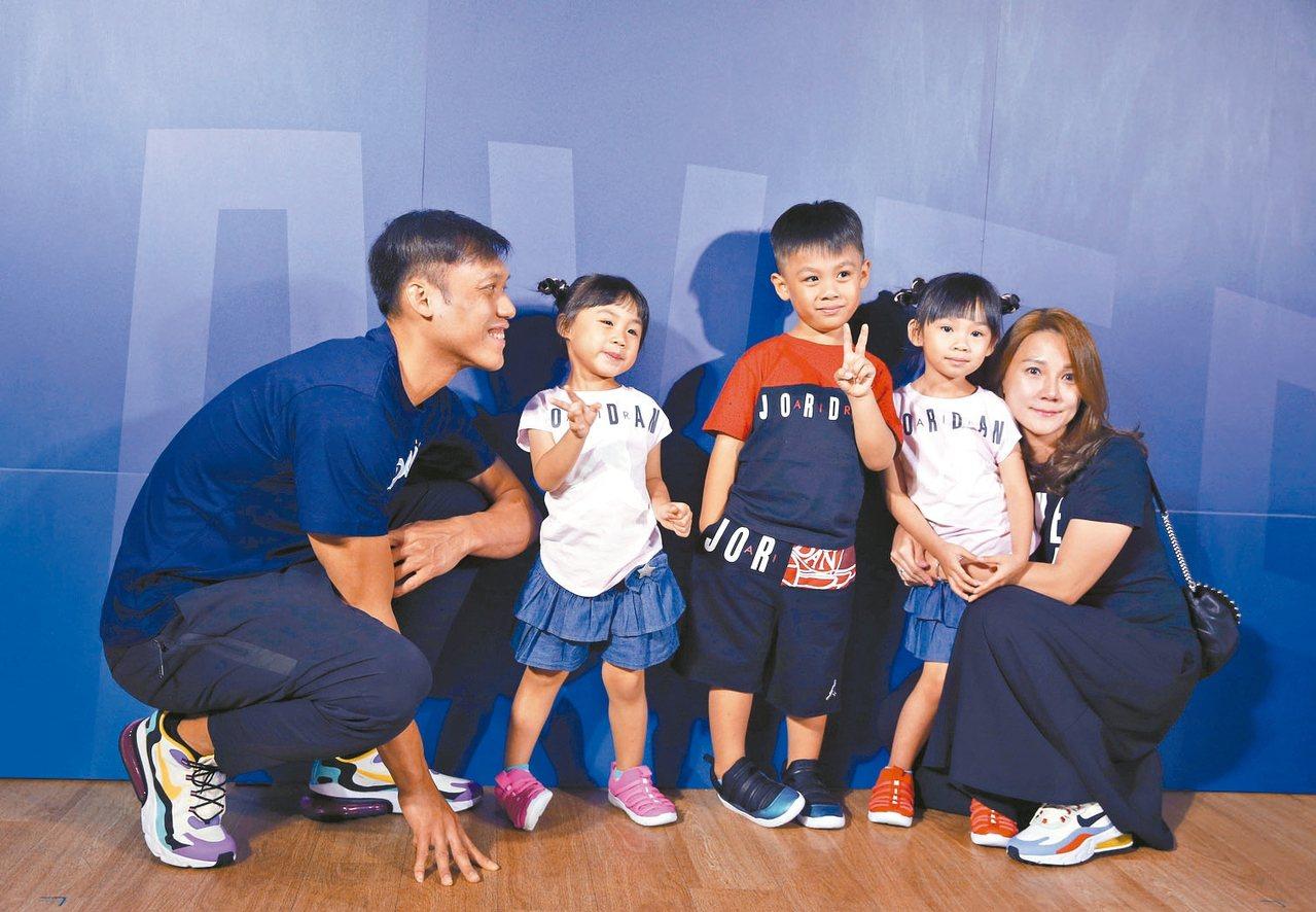富邦勇士隊昨天舉行「野獸」林志傑(左)加盟記者會,3個小孩與太太一起到現場為他加...