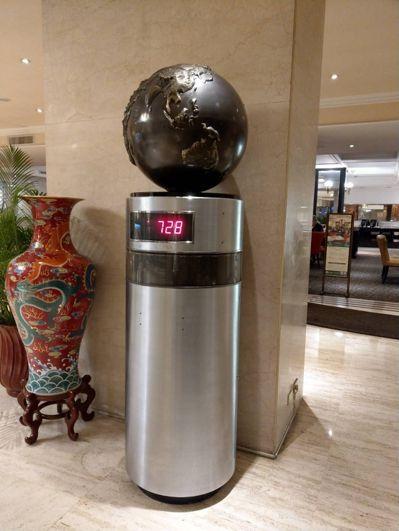 華王飯店大廳有座骨董座鐘,是「鎮店之寶」。記者謝梅芬/攝影