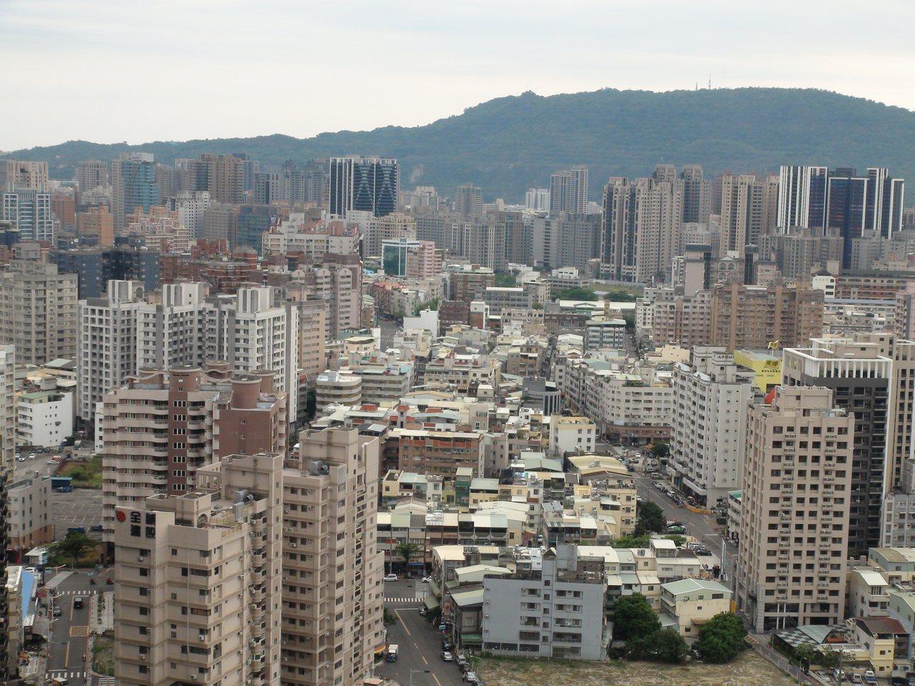 台北市副市長鄧家基昨天代表北市府在行政院會提出建議案,將房屋稅與地價稅合併改課「...