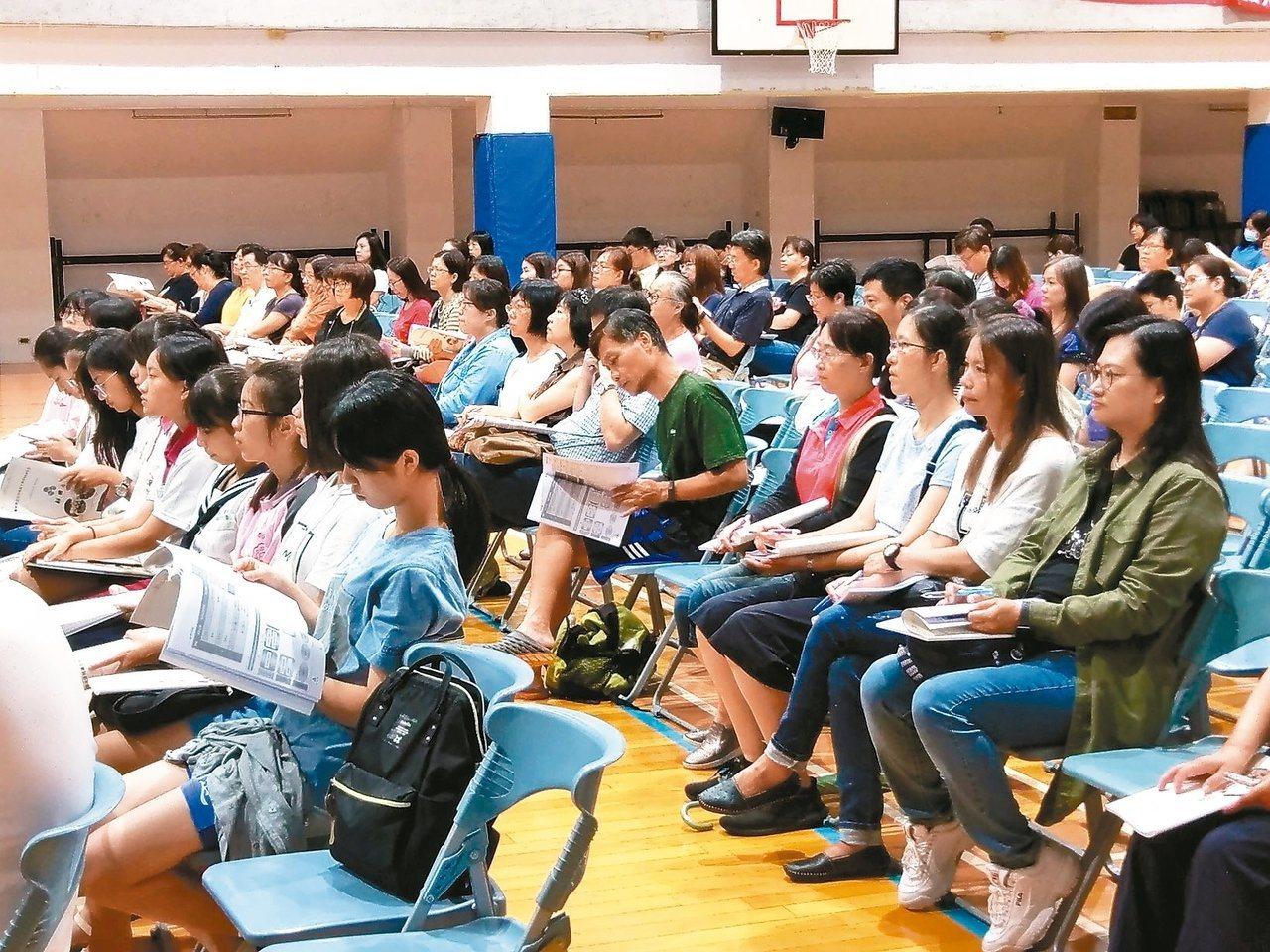 教育部將提供偏遠高中,每校一年最高五十萬元,用以充實偏鄉學生的學習歷程檔案。 圖...