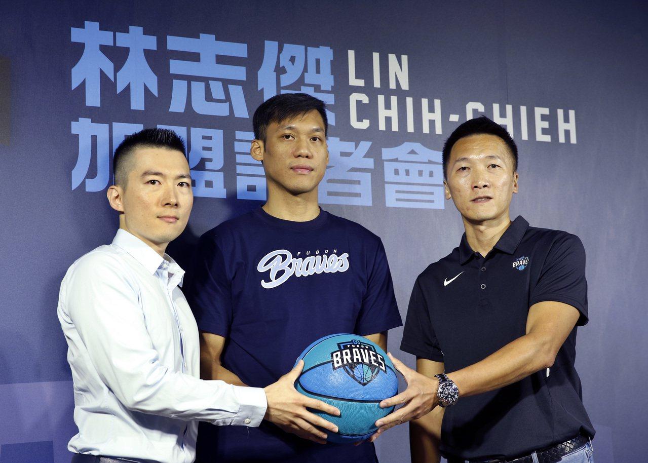 富邦勇士隊領隊蔡承儒(左起)、林志傑與總教練許晉哲合影。 記者鄭超文/攝影
