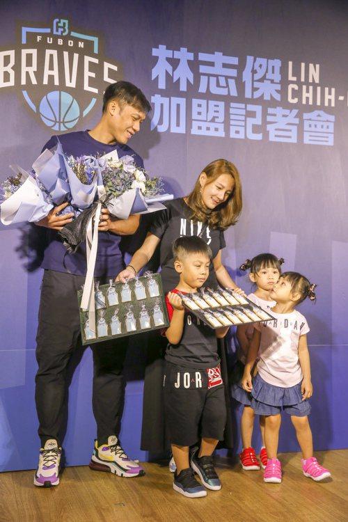 林志傑(左)正式加盟富邦勇士,記者會上家人一起來送花。 記者鄭超文/攝影