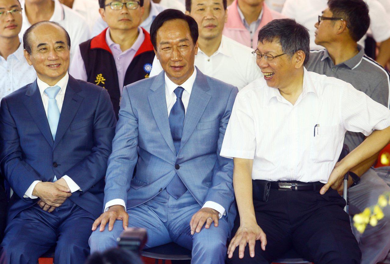 鴻海創辦人郭台銘(中)、台北市長柯文哲(右)、立法院前院長王金平(左)今天上午一...