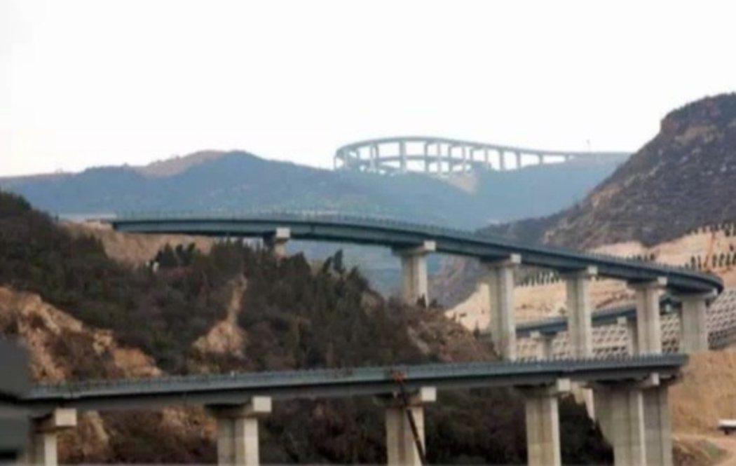 天龍山公路橋梁全採用混凝土門式橋墩以及預製鋼梁結構,並兼具「森林防火」和「山洪防...