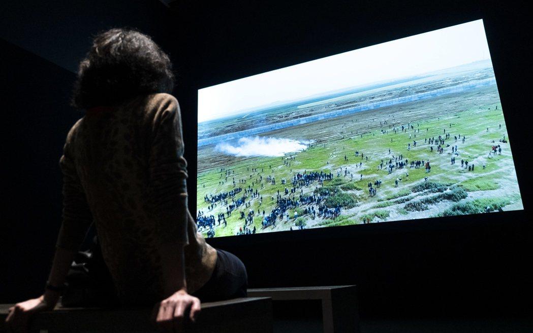 紐約惠特尼美術館曾調查,副董事長坎德斯生產的催淚彈是否用於驅趕美墨邊境移民,並拍...