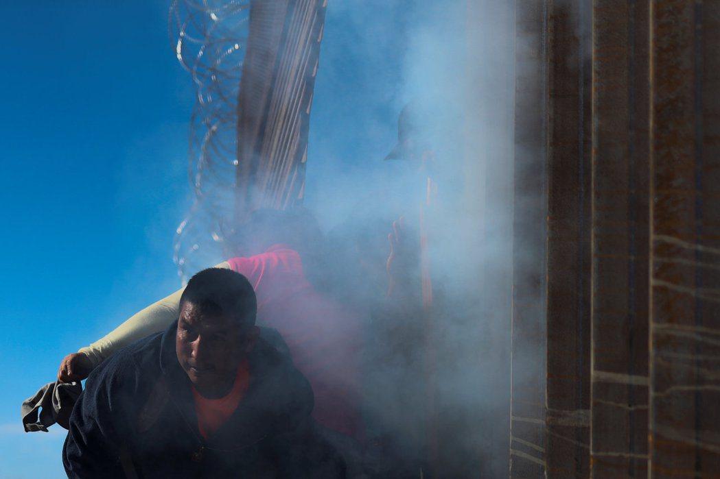 美國當局去年十二月用催淚彈驅逐墨西哥提華納市與美國邊境的非法移民。 (路透)