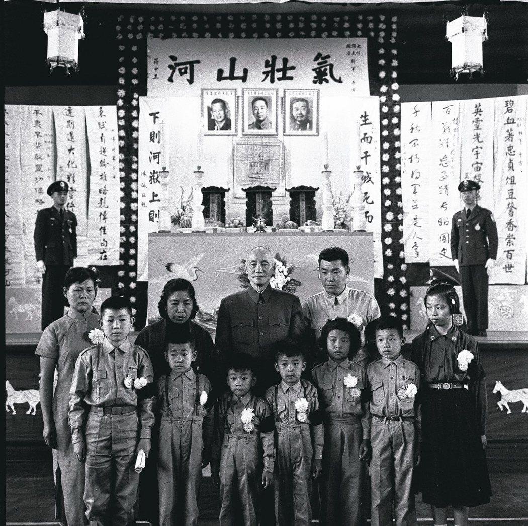 趙家驤、吉星文、章傑三位將軍於八二三砲戰中壯烈成仁,蔣中正總統與遺族合影。 報系資料照