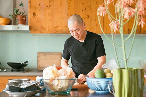 平時在山上,蔡明亮總是親自下廚處理三餐。 攝影/陳立凱