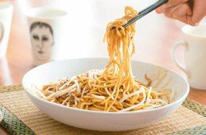 咖哩、炒麵都是蔡明亮的拿手菜。 攝影/陳立凱