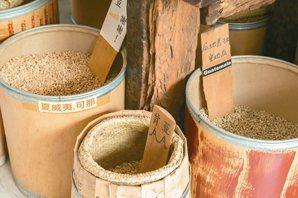 蔡明亮對咖啡豆也有研究,住家門邊放著大量生豆。 攝影/陳立凱