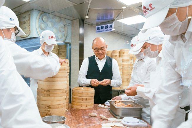 楊紀華16歲便入廚房學小籠包。 圖/鼎泰豐提供