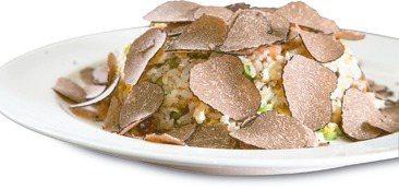 黑松露炒飯自6月底 推出以來便躍上暢銷菜色。 圖/鼎泰豐提供