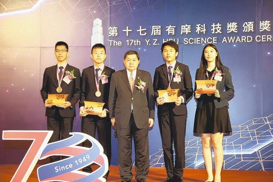 第32屆「國際青年物理學家辯論錦標賽」台灣代表隊成員,奪得團體銅牌獎佳績。 毛洪...