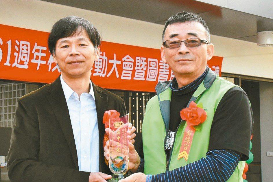廣明總經理何世池(左)