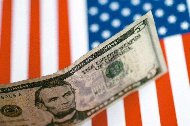 在市場震盪時,因美元相對抗跌,經理人布局上看好美元債,有助降低投資組合的波動。 ...