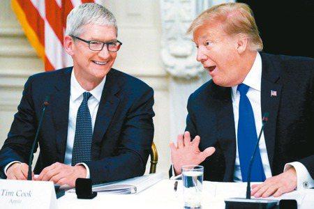 蘋果執行長庫克(左)曾與美國總統川普討論關稅問題,川普重申,將對蘋果伸出援手。 ...