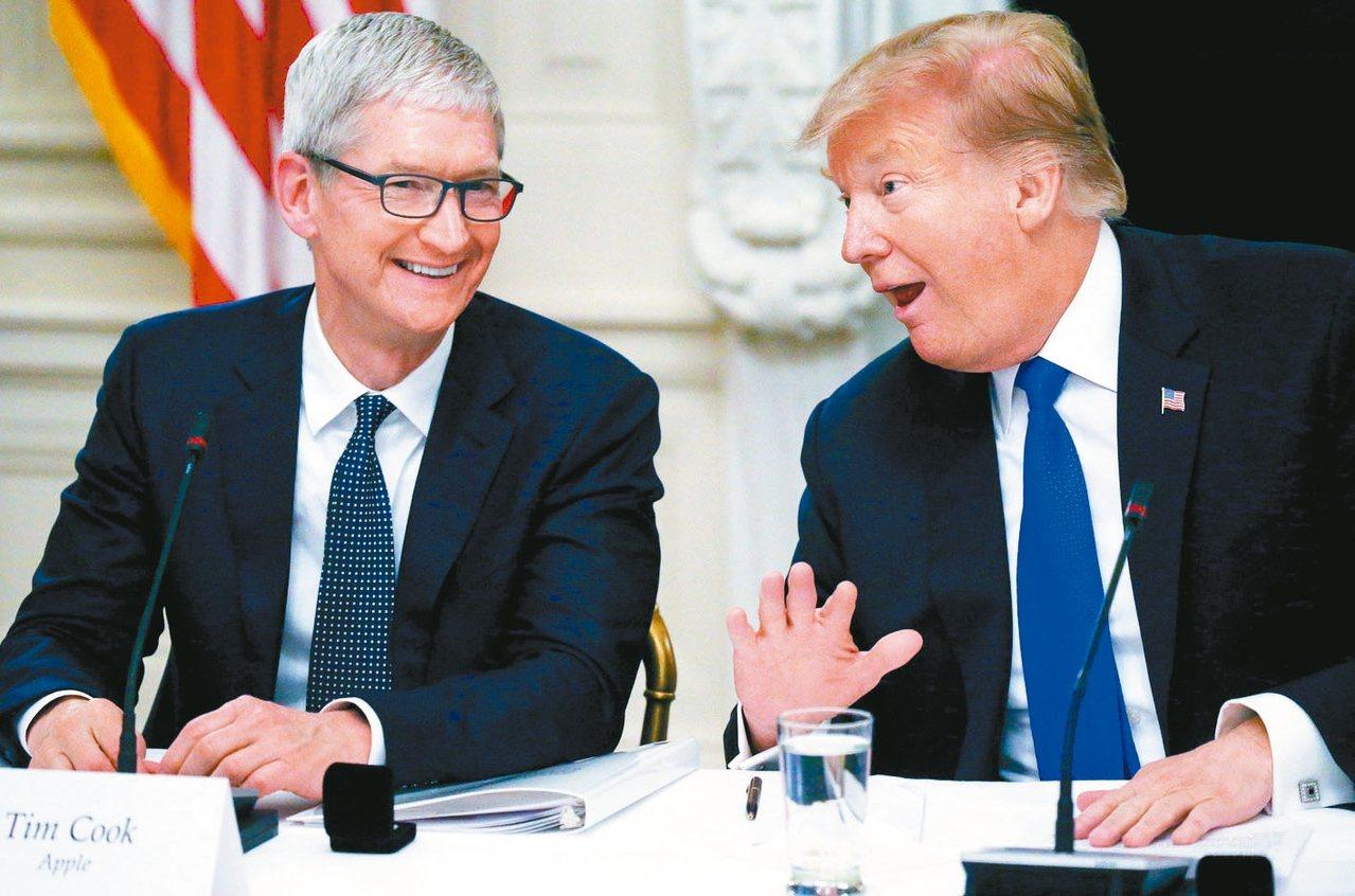 蘋果執行長庫克(左)日前曾與美國總統川普討論關稅問題,川普再次重申,將會對蘋果伸...