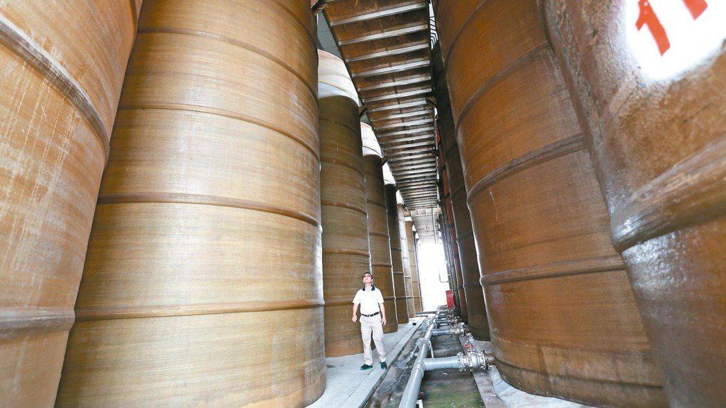 萬家香屏東醬油廠強調百分百純釀造,擁有數十個可以儲存上萬公斤原料的釀造槽。 報系...