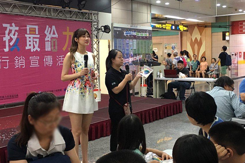 視障按摩於臺北地下街12號廣場舉辦體驗活動。 臺北市勞動力重建處/提供
