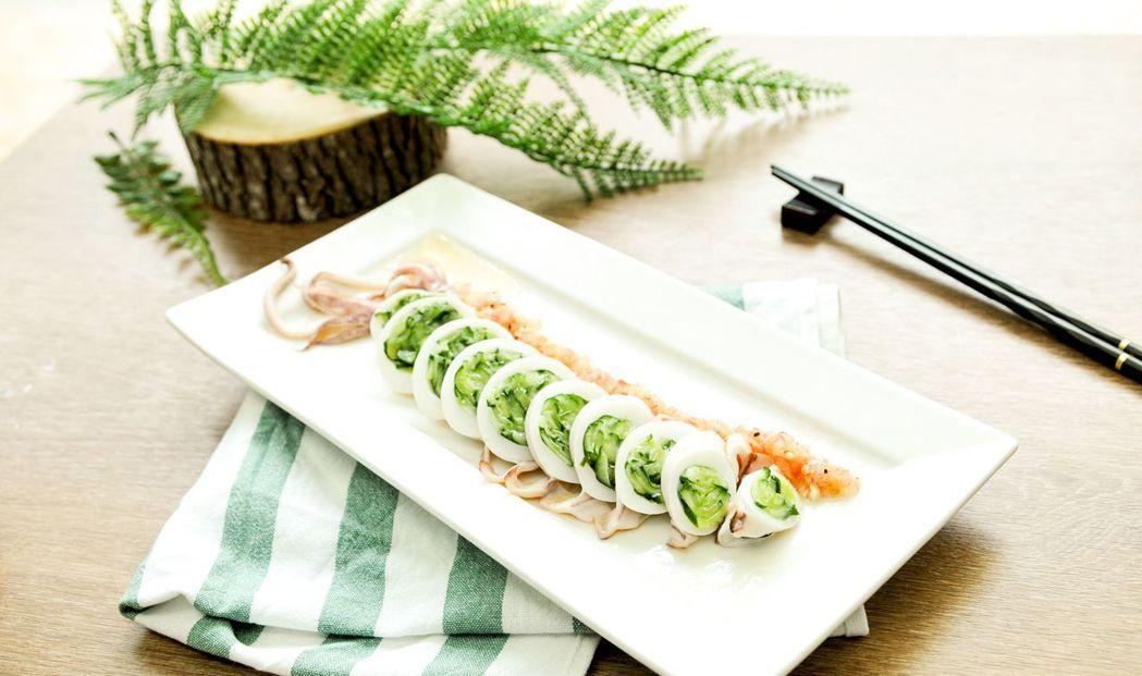 黃瓜鑲中卷,好看更好吃。  台南大飯店 提供