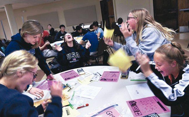 美國高中生積極參與STEM教育活動。 美聯社