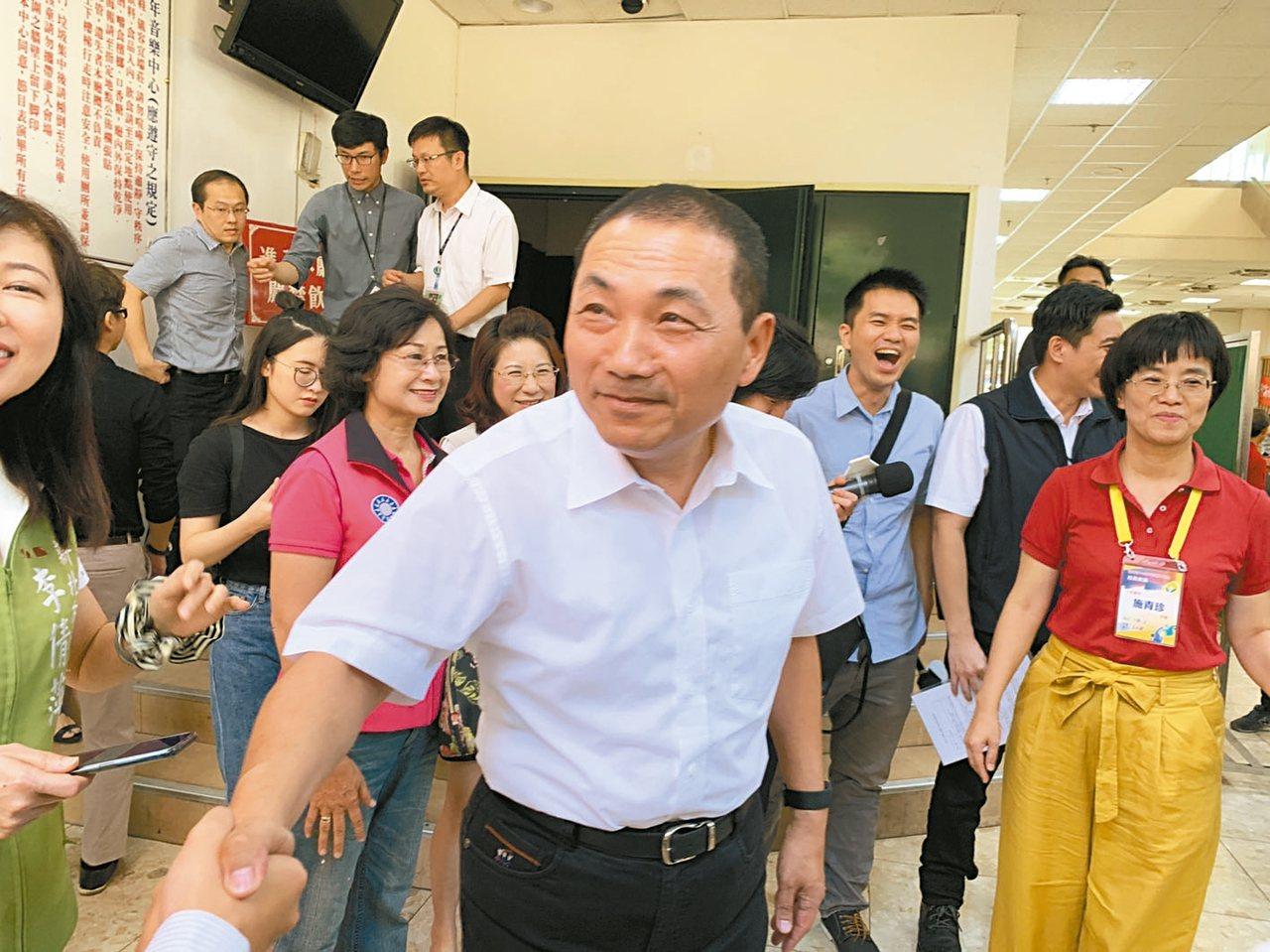 新北市長侯友宜(中)呼籲「連假前國小不發成績單」。 記者魏翊庭/攝影