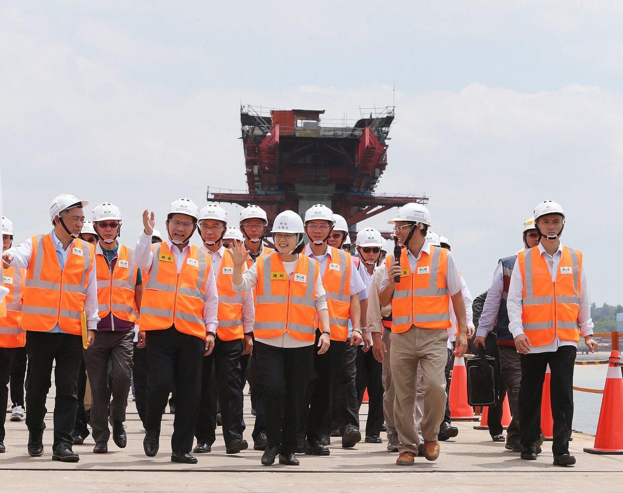 總統蔡英文(前中)23日視察金門大橋表示,大橋通車可解決大小金門交通問題,更可促...