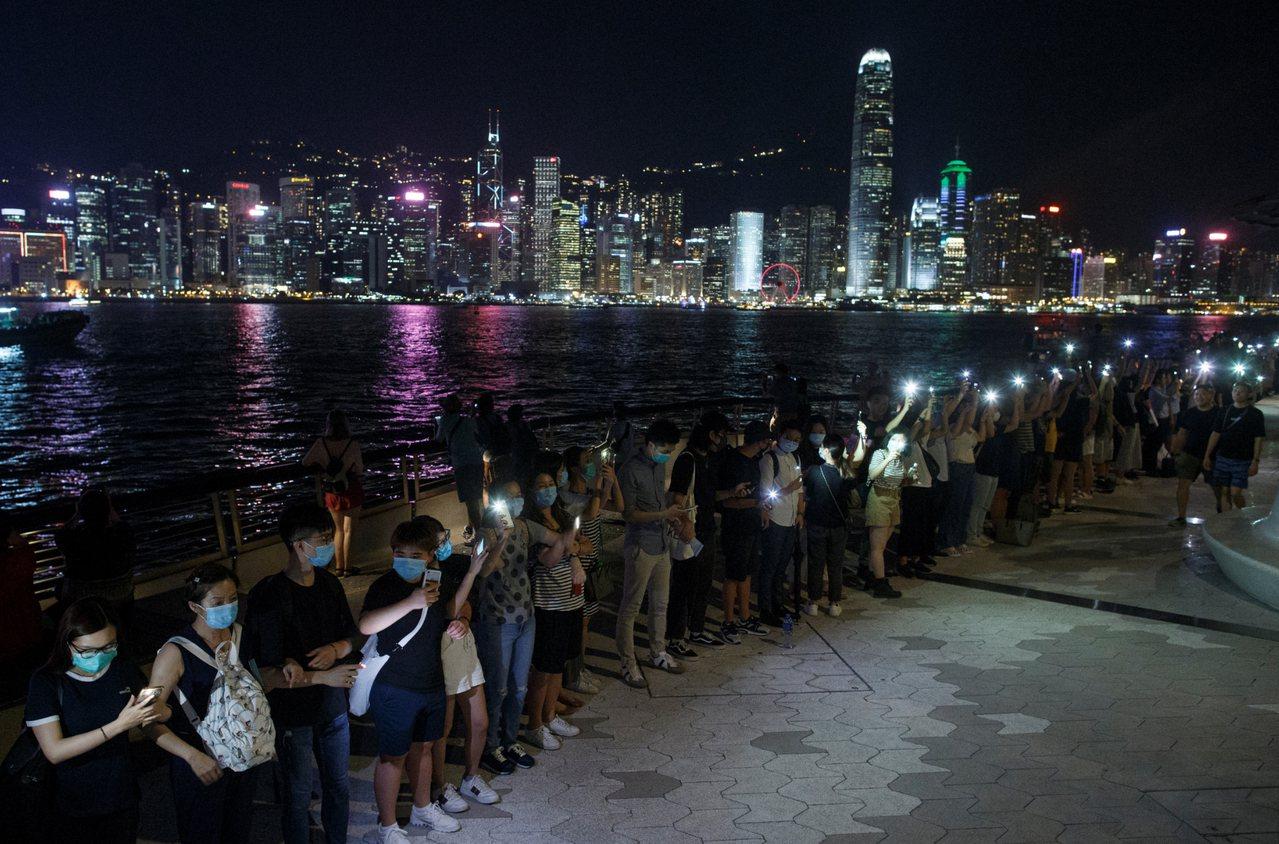 香港網友發起23日晚間「香港之路」活動,牽手築起人鏈。 路透社