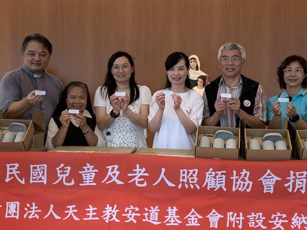中華民國兒童及老人照護協會理事長劉銀冰(右三)與顧問盧智成(右二)捐贈80組多功...