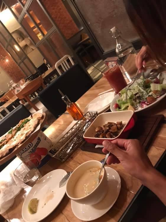 一名男網友貼文表示日前撿到一名正妹的手機,對方說要請吃飯答謝,沒想到吃到一半跑出...