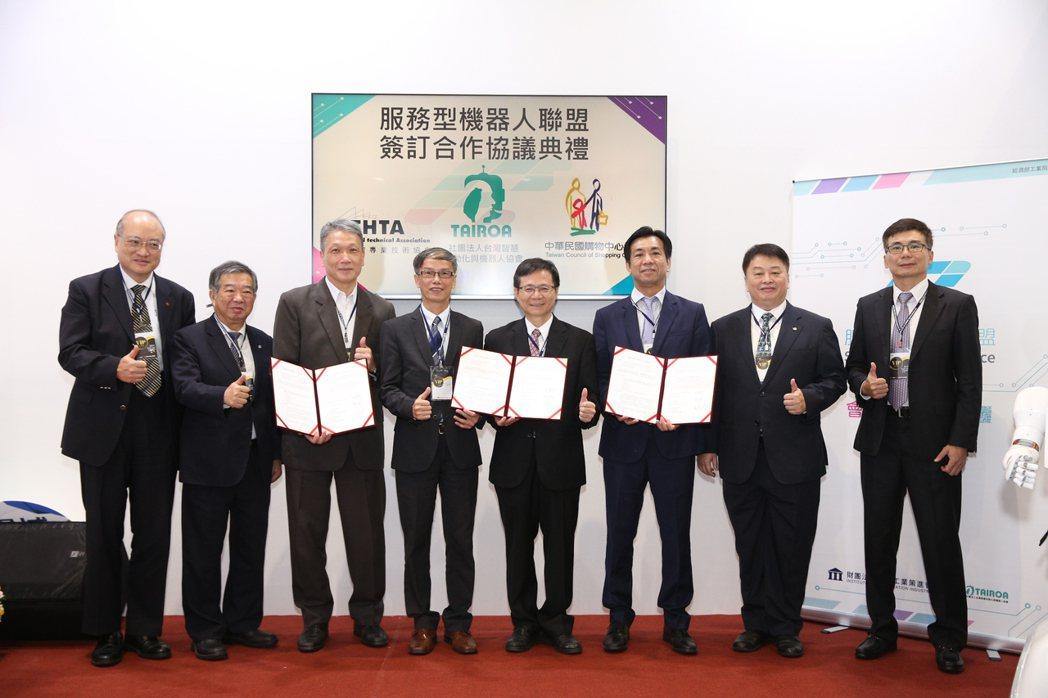 工業局電子資訊組組長林俊秀(左四)見證三大產業公協會結盟簽屬合作備忘錄。 智動協...