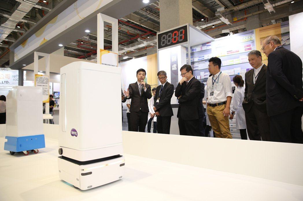 工業局電子資訊組組長林俊秀穿梭主體館親身體驗智慧服務旅程。 智動協會/提供