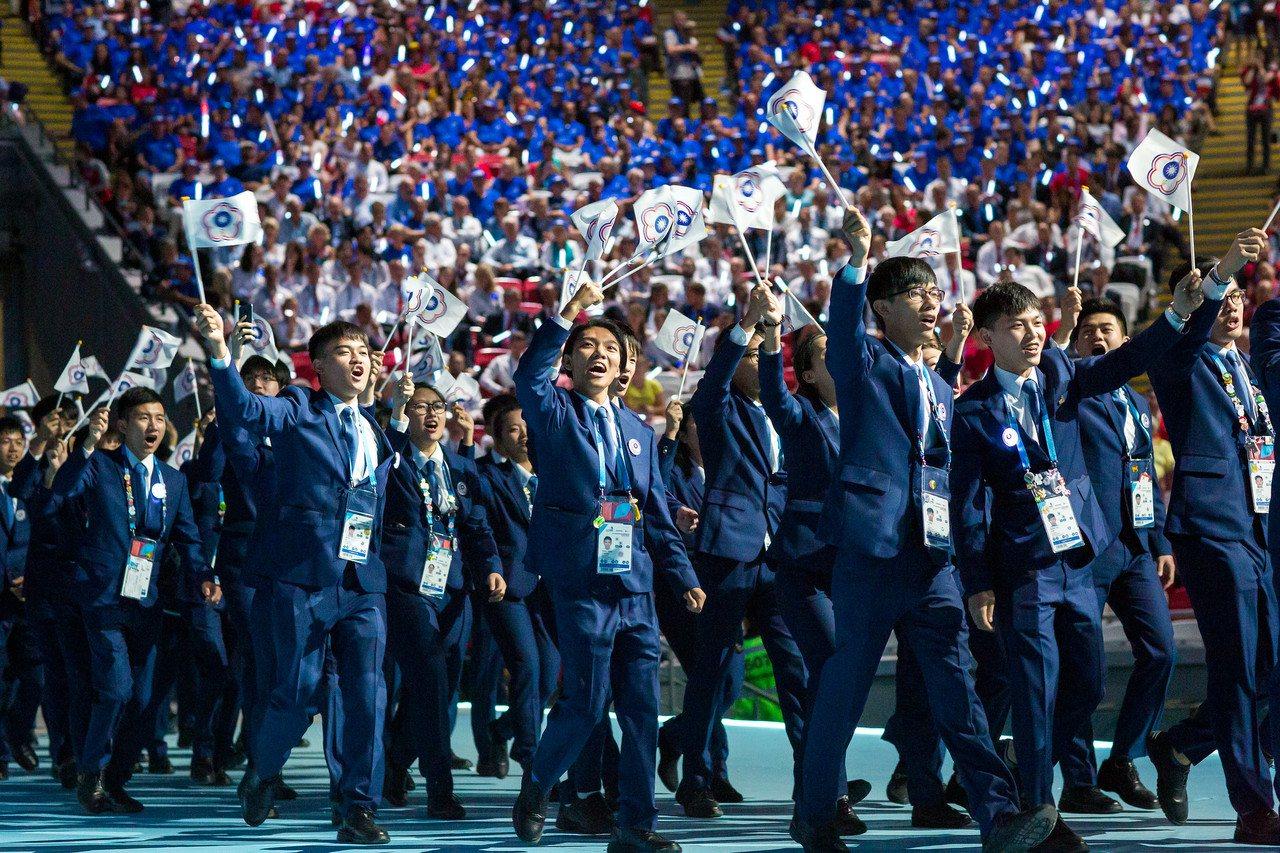 國際技職奧運今日在俄羅斯開幕,中華隊58名選手高舉旗幟入場。圖/WorldSki...