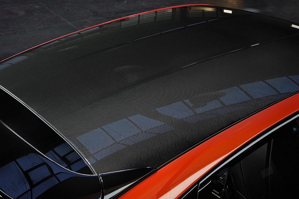 可選的輕量化跑車套件最大亮點為中央下凹的碳纖維車頂,可再減輕車重,造就更低重心的...