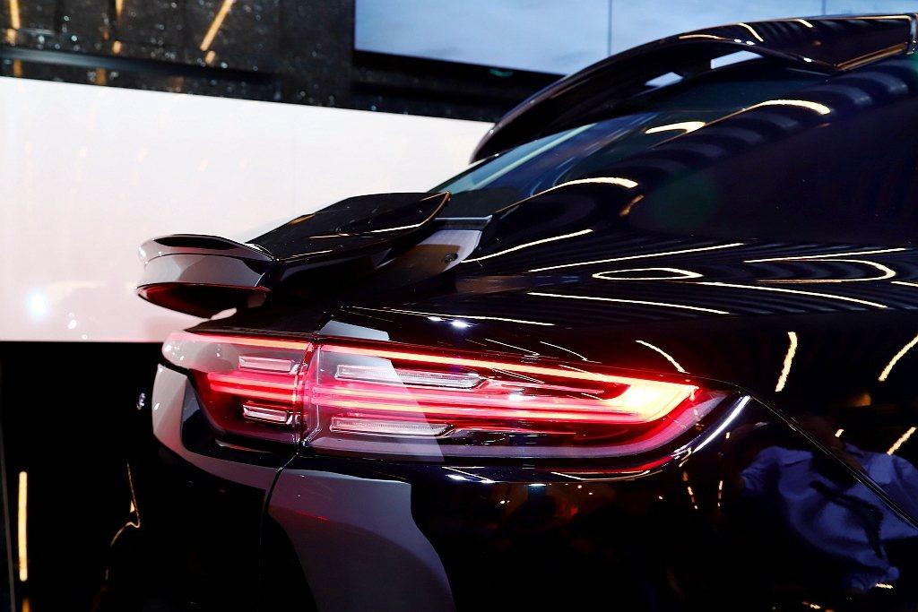 保時捷主動式空氣力學套件(PAA)的主動式車頂擾流板,不僅與車身線條完美整合的尾...