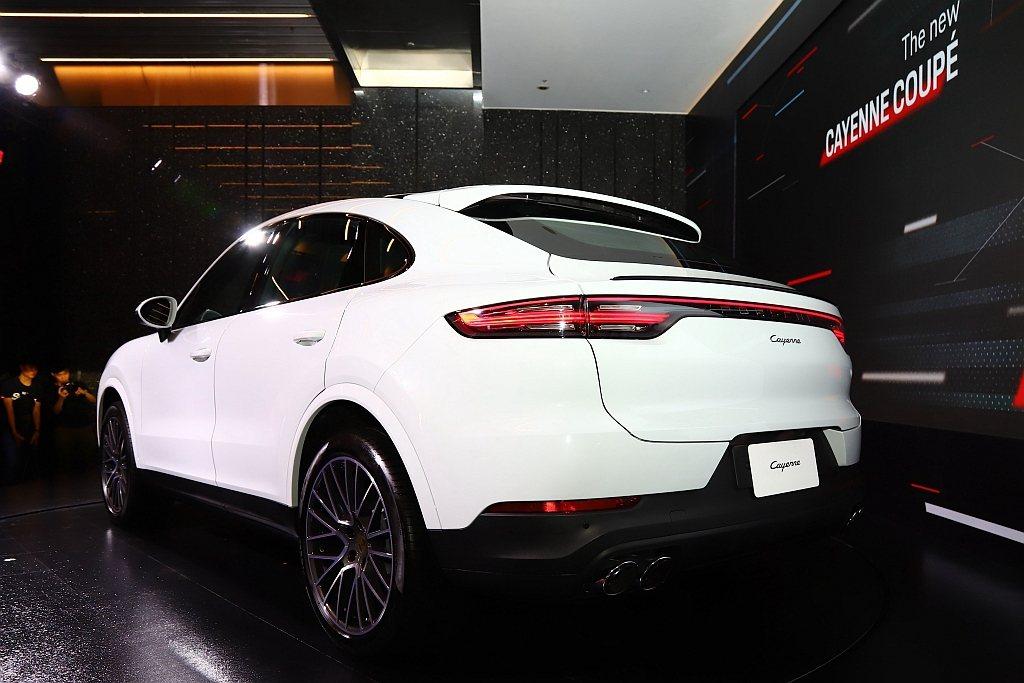 保時捷Cayenne Coupe搭載3.0L V6渦輪增壓引擎,擁有340hp最...