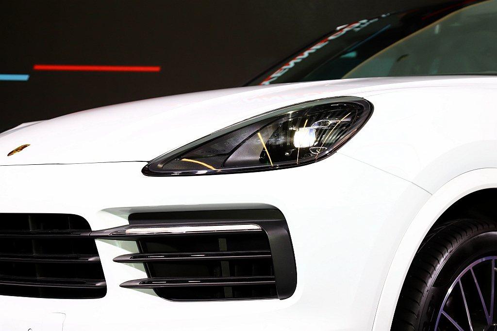 全車系列為標準配備的LED頭燈組之外,另可進階選配PDLS保時捷主動式轉向照明系...