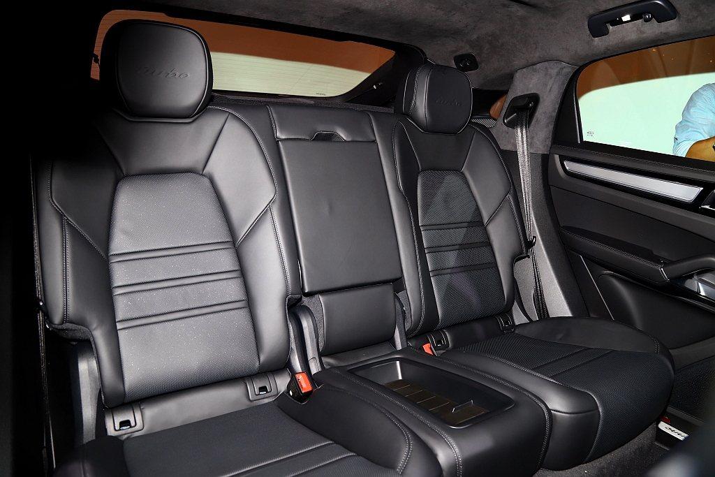 保時捷Cayenne Coupe全車系標配獨立雙人後座,中央設有置物空間也可免費...