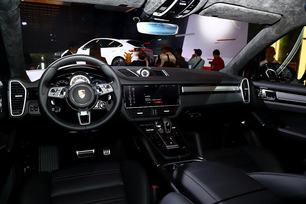 保時捷Cayenne Coupe配備保時捷先進駕駛座艙,左右兩側分別設置一個HD...