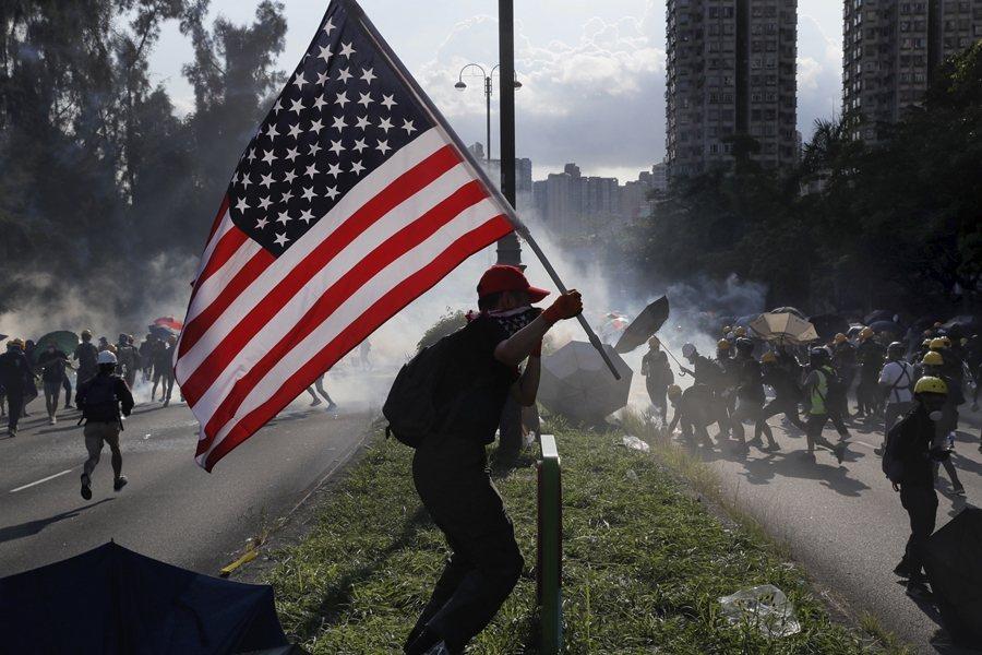 遊行示威中,每次總遇見飄揚的英美國旗。圖為8月5日示威現場,攝於香港。 圖/美聯...