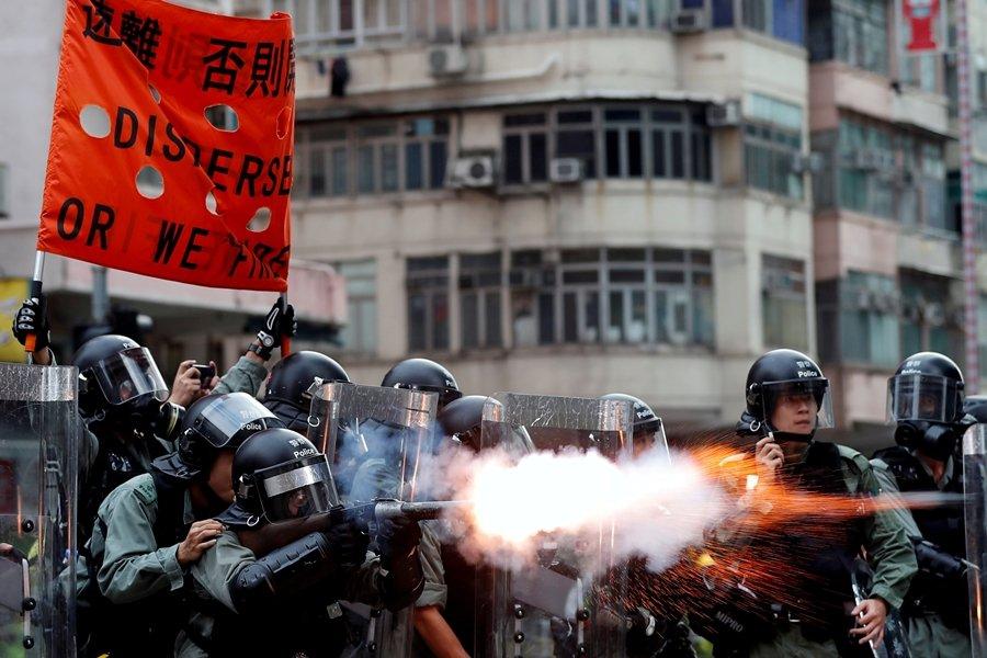 港警在反送中示威的這兩個月來,多次向民眾發放催淚彈。攝於8月11日,香港。 圖/路透社