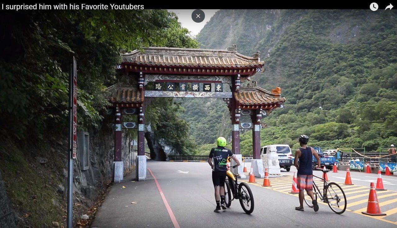 Dan Mace接獲邀請,來到台灣與張修修一起登武嶺拍片。圖擷自Youtube