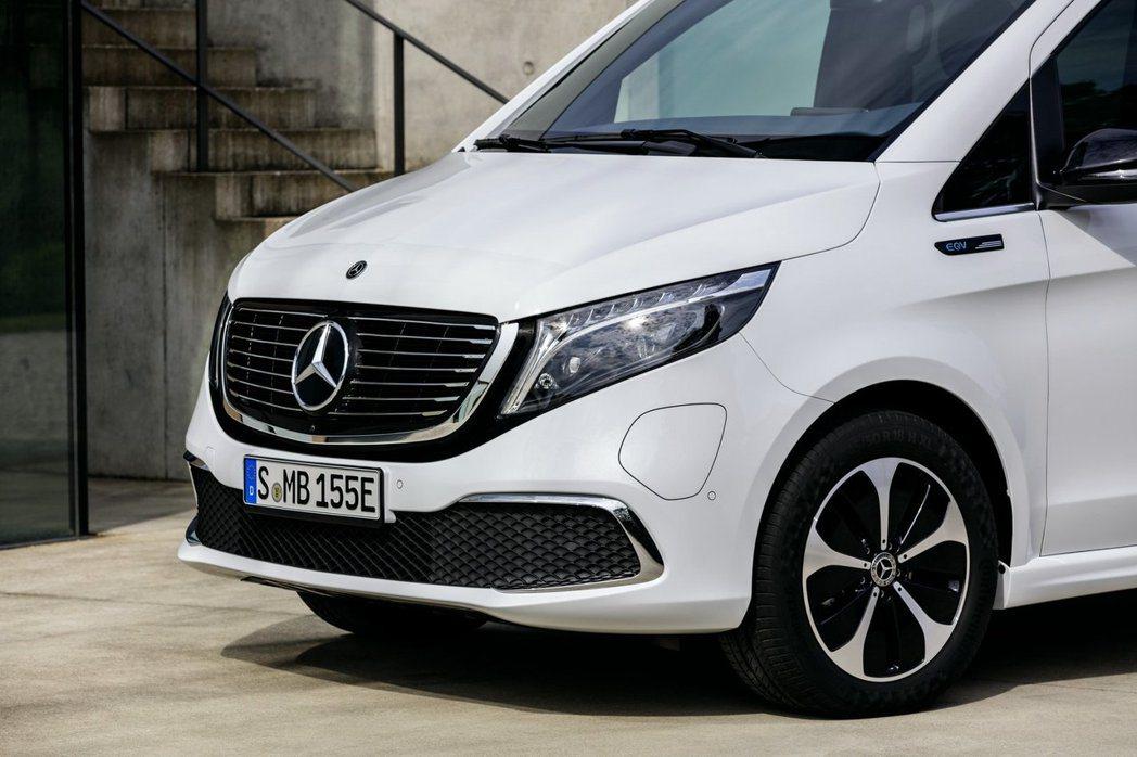 Mercedes-Benz EQV的充電孔位在前保左側。 摘自Mercedes-...